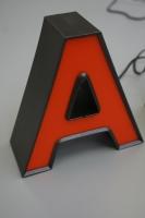 Litera blokowa LED z bokami z taśmy aluminiowej i frontem  plexi