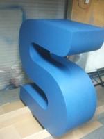 Litera blokowa z bokami z taśmy aluminiowej i frontem z plexi